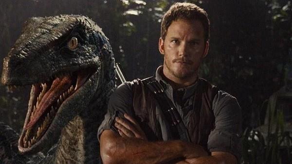 93445.alfabetajuega-jurassic-world-chris-pratt-mascota-velociraptor-18122014-1